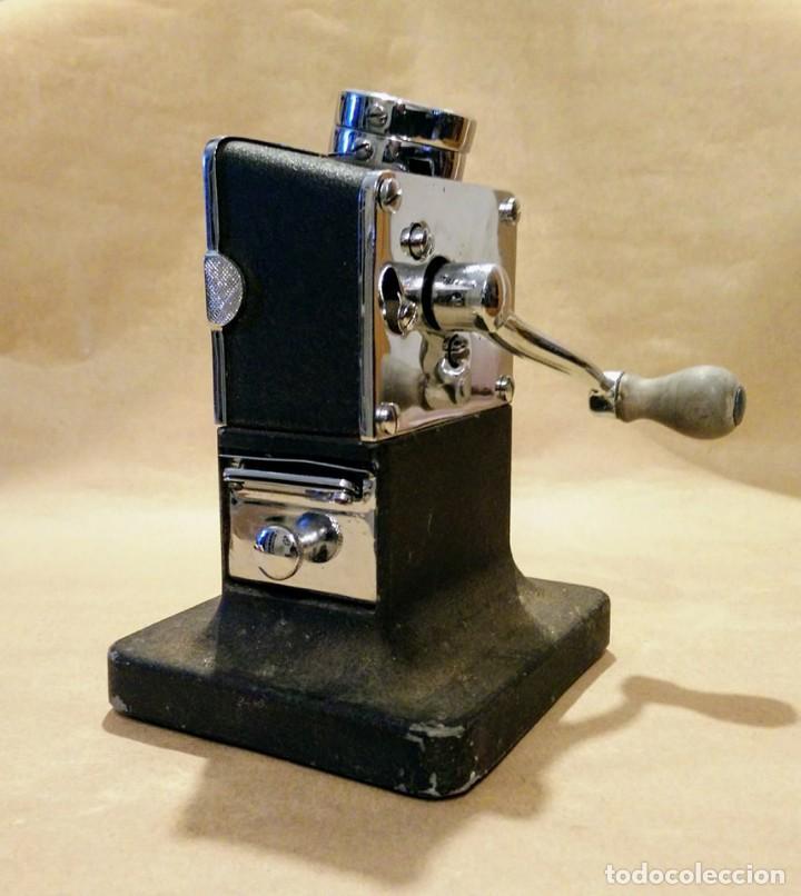 Escribanía: Antigua máquina sacapuntas de sobremesa, con cuchillas de la marca El Casco. De hierro. - Foto 2 - 169808621