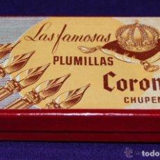 Scrivania: ANTIGUA CAJA DE LAS FAMOSAS PLUMILLAS CORONA CHUPEN. PRECINTADA. AÑOS 30-40. 100 PLUMILLAS. ORIGINAL. Lote 205325387