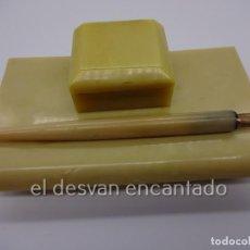 Escribanía: ANTIGUA ESCRIBANÍA EN OPALINA O SIMILAR. TINTERO DE CRISTAL Y PLUMIN GOLD PLATED N 922. Lote 222562223