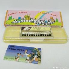 Escribanía: ESTUCHE PLUMIER MINI PIANO ELECTRON ECHO, AÑOS 70 - 80. FANCY PIANO - FUNCIONA - NUEVO A ESTRENAR. Lote 224497746