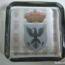 Escribanía: PISAPAPELES EN CRISTAL CON EL ESCUDO DE AYUNTAMIENTO DE AGUILAR DE CAMPOO-(&). Lote 235254085