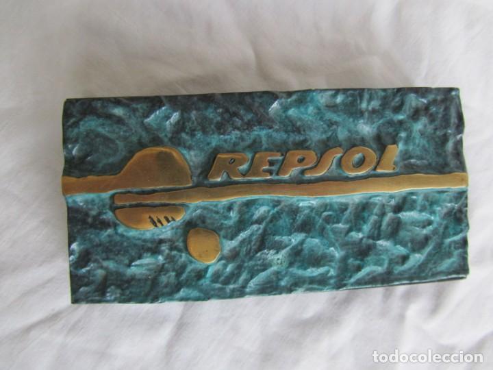 Escribanía: Pisapapeles de Repsol en bronce patinado sobre peana de mármol negro - Foto 2 - 243848685