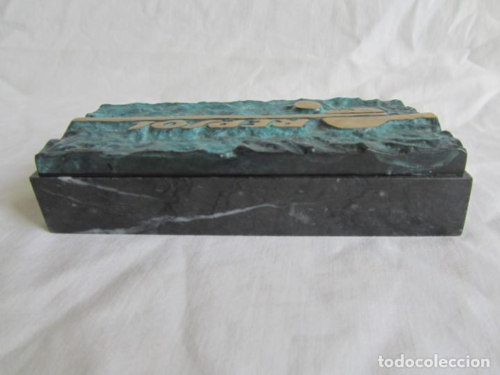 Escribanía: Pisapapeles de Repsol en bronce patinado sobre peana de mármol negro - Foto 5 - 243848685