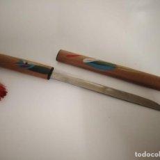 Escribanía: ABRECARTAS SAMURAI SWORD CON MANGO Y VAINA DECORADOS EN MADERA.. Lote 244623940