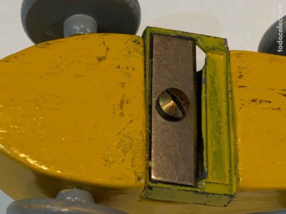 Escribanía: Sacapuntas muy antiguo en forma de coche mide 7x4 cm madera - Foto 9 - 270161318