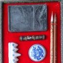Estilográficas antiguas, bolígrafos y plumas: ANTIGUO JUEGO DE ESCRITURA CHINA CON PINCELES, TARRO DE TINTA, DOS SELLOS DE JADE CON DRAGÓN , ETC.. Lote 93301072