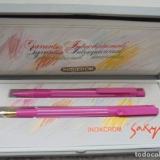 Estilográficas antiguas, bolígrafos y plumas: ESTILOGRAFICA + BOLIGRAFO (PLUMA) INOXCROM MOD. ROSA RAYAS BLANCAS AÑO 2000. Lote 93039430