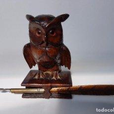 Estilográficas antiguas, bolígrafos y plumas: TINTERO TALLADO EN MADERA BUHO Y PLUMA ( AÑOS 80 ). Lote 98945311