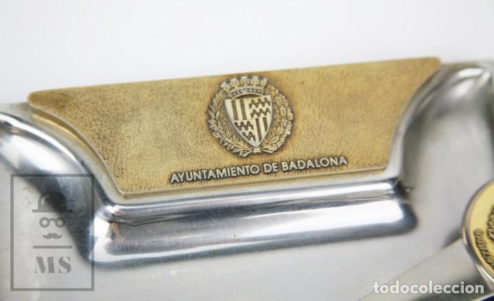 Estilográficas antiguas, bolígrafos y plumas: Juego de Abrecartas y Bandeja de Metal - Ayuntamiento de Badalona - Medidas 18 x 12,5 cm - Foto 4 - 113262919