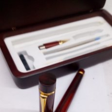 Estilográficas antiguas, bolígrafos y plumas: JUEGO DE PLUMA Y BOLÍGRAFO INTERCAMBIABLES CUERPO MADERA EN ESTUCHE DE MADERA NUEVO. Lote 166084085