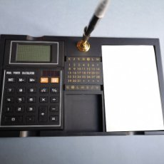 Estilográficas antiguas, bolígrafos y plumas: DE LUXE DESK SET CALCULATOR. Lote 178139388