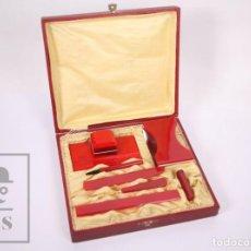 Estilográficas antiguas, bolígrafos y plumas: CONJUNTO DE ESCRIBANÍA EN SU ESTUCHE - COLOR ROJO / PLÁSTICO - MEDIDAS 23 X 20,5 X 5,5 CM. Lote 208843308