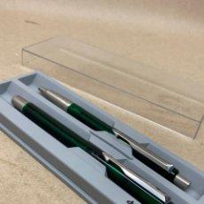 Estilográficas antiguas, bolígrafos y plumas: JUEGO 2 BOLÍGRAFOS PARKER CUERPO VERDE TRANSPARENTE EN SU ESTUCHE. Lote 218728260