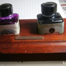 Estilográficas antiguas, bolígrafos y plumas: SET DE TINTA CHINA CON DOS TINTEROS Y BASE DE MADERA. Lote 228174685