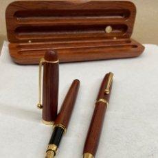 Canetas de tinta permanente antigas, esferográficas e plumas: JUEGO BOLÍGRAFO Y PLUMA CUERPO MADERA. Lote 290982588