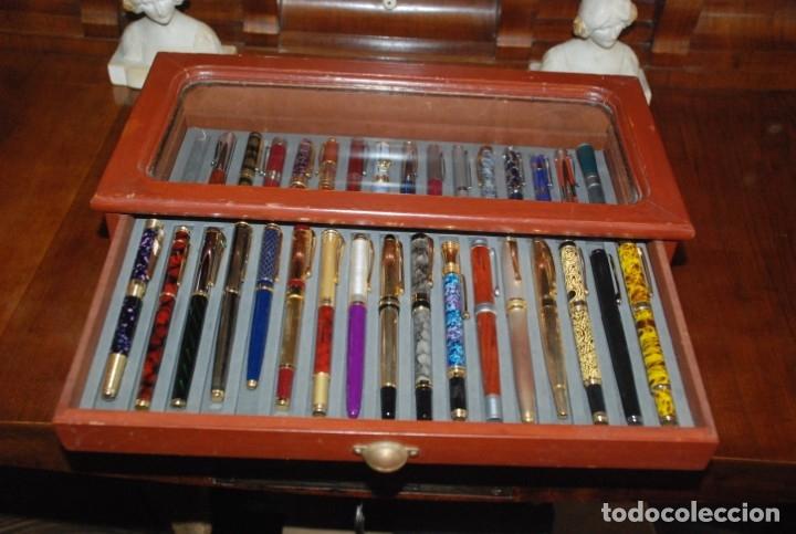 Plumas estilográficas antiguas: COLECCIÓN DE 50 PLUMAS EN SU MUEBLE EXPOSITOR - Foto 4 - 139394350