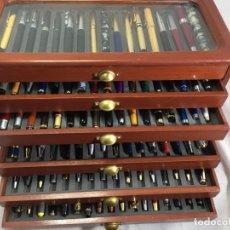 Plumas estilográficas antiguas: GRAN LOTE 102 PLUMAS ESTILOGRÁFICAS Y BOLIGRAFOS CON EXPOSITORES, SEIS BANDEJAS COMPLETAS. Lote 210634828