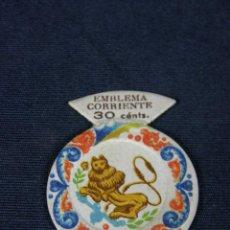 Etiquetas antiguas: ETIQUETA DE PAPEL EMBLEMA CORRIENTE 30 CÉNTS SERIE J Nº 2 PLATO DE CERÁMICA ESPAÑOLA ALCORA . Lote 42757545