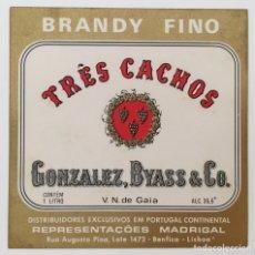 Etiquetas antigas: RARA ETIQUETA BRANDY TRES CACHOS - BODEGAS GONZÁLEZ BYASS - MADRIGAL - BENFICA LISBOA PORTUGAL. Lote 131281258