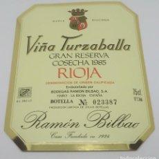Étiquettes anciennes: VIÑA TURZABALLA GRAN COSECHA 1985 BODEGAS RAMÓN BILBAO. HARO. LA RIOJA. ETIQUETA IMPECABLE 13,5X11CM. Lote 162239670
