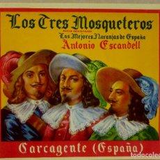 Etiquetas antiguas: LOS TRES MOSQUETEROS. ETIQUETA NARANJA AÑOS 50 . ANTONIO ESCANDELL CARCAGENTE VALENCIA. Lote 173121018