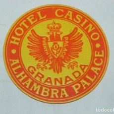 Etiquetas antiguas: ETIQUETA PARA MALETA DEL HOTEL CASINO ALHAMBRA PALACE, GRANADA, LUGGAGE LABEL, MIDE 6,5 CMS.. Lote 194548725