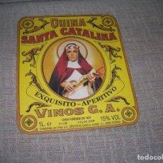 Etiquetas antiguas: RECORTE REVISTA ETIQUETA QUINA SANTA CATALINA. POR DETRÁS ELENA ARZAK, Y LUIS GARCÍA MIGUEL. 20X23CM. Lote 221843251