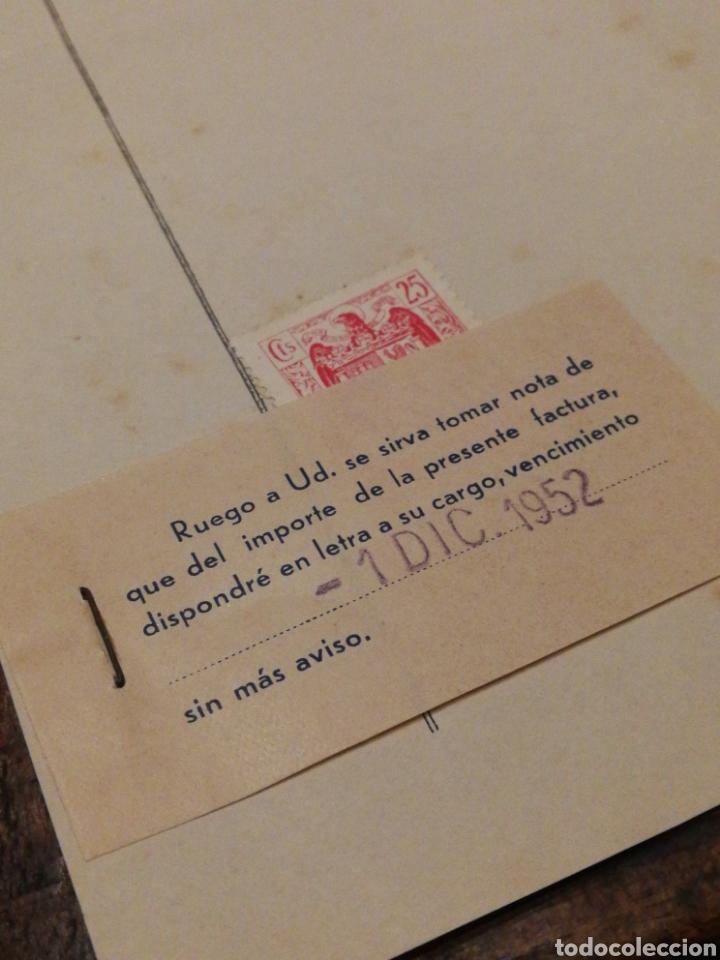 Facturas antiguas: ANTIGUA FACTURA VDA.DE MIGUEL RIERA MATAS- MOSCATEL MALVASIA Y VINOS FINOS (SITGES), 1952, TIMBRE. - Foto 3 - 140808925