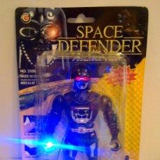 Figuras de acción: .SPACE DEFENDER .SIMILAR DARTH VADER STAR WARS. NUEVO NUNCA ABIERTO CON POTENTE ESPADA LASER. Lote 28250418