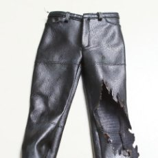 Figuras de acción: PANTALONES PARA 1/6 HOT TOYS DX13 T800 TERMINATOR BATTLE DAMAGED LEATHER PANTS. Lote 140468797