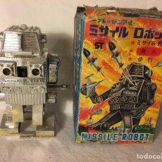 Figuras de acción: ANTIGUO JUGUETE ROBOT ESPACIO SPACE, TIRA FUEGO POR EL PECHO FUNCIONA A CUERDA EN CAJA MADE IN JAPAN. Lote 86293672