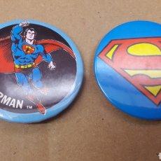 Figuras de acción: 2 CHAPAS SUPERMAN 1978 DC COMICS RAINBOW DESIGNS MADE IN ENGLAND. Lote 111886606