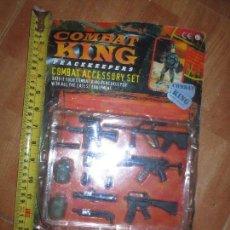 Figuras de acción: COMBAT KING ,ACCESORIOS DE FUSIL PISTOLA ESTUCHE ORIGINAL JUGUETE DE SOLDADOS ESTILO MADEL MAN. Lote 27398715