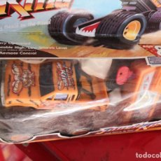 Figuras de acción: JUGUETE COCHE VINTAGE CONTROL REMOTO STICK. SUPER 8 WAYS, CRAZY BEST ON THE ROAD. Lote 156959346