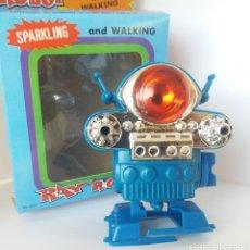 Figuras de acción: ROBOT ANDADOR - RAY ROBOT, SPARKLING AND WALKING, NUEVO A ESTRENAR, UNPUNCHED, AÑOS 90. Lote 177731367