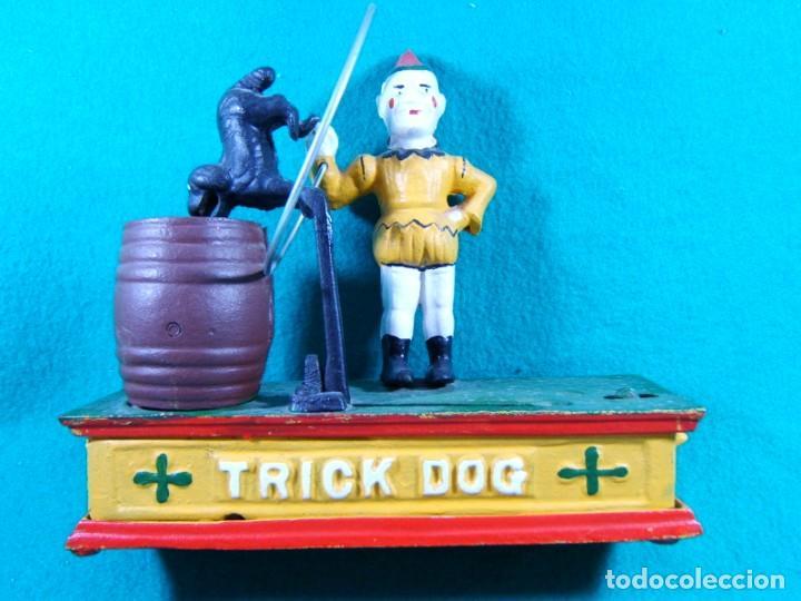 TRICK DOG BANK-HUCHA-PAYASO CON ARO, PERRO Y BARRIL-DISPARADOR MANUAL-FUNCIONA PERFECTAMENTE. (Juguetes - Figuras de Acción - Otras Figuras de Acción)