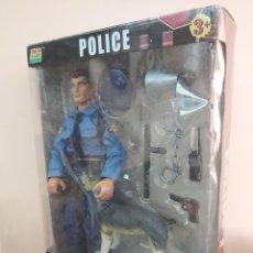 Figuras de acción: ESCALA 1/6. POLICIA EN CAJA. CON PERRO Y ACCESORIOS.. Lote 214402101