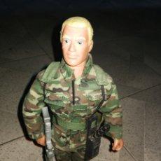 Figuras de acción: HASBRO 92 MUÑECO 30 CM CON ARMAS. Lote 231672420