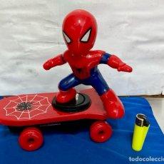 Figuras de acción: SPIDEMAN EN TABLA, ELÉCTRICO , A PILAS. Lote 283827068