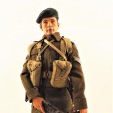 Figuras de acción: DRAGON MODELS ESCALA 1:6 SOLDADO INGLES WWII + PEANA EXPOSITORA COMPLETA. Lote 289859183