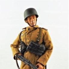 Figuras de acción: DRAGON MODELS ESCALA 1:6 SOLDADO ALEMÁN WWII + PEANA EXPOSITORA COMPLETA. Lote 291178943