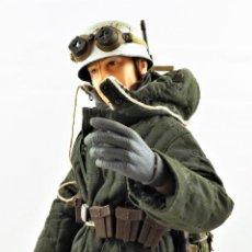 Figuras de acción: DRAGON MODELS ESCALA 1:6 SOLDADO ALEMÁN WWII + PEANA EXPOSITORA. Lote 293796393