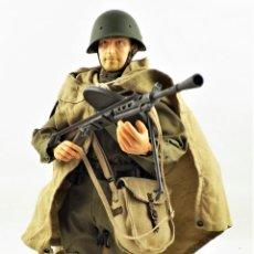Figuras de acción: DRAGON MODELS ESCALA 1:6 SOLDADO RUSO WWII + PEANA EXPOSITORA. Lote 293796673