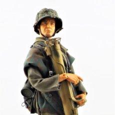 Figuras de acción: DRAGON MODELS ESCALA 1:6 SOLDADO ALEMÁN WWII + PEANA EXPOSITORA. Lote 293796793