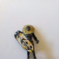 Figuras de Goma y PVC: FIGURA GUERRERO AFRICANO ARCLA AÑOS 50. Lote 87365460