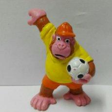 Figuras de Goma y PVC: FIGURA PVC BULLY DRIBBLE BOYS FIGURA LA BRUJA NOVATA FUTBOLISTA PVC GORILA DISNEY. Lote 104068240