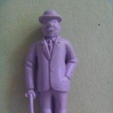 Figuras de Goma y PVC: FIGURA DE DUNKIN DE TINTIN : FERNANDEZ O DUPOND .. DETRAS PONE ESSO. Lote 98807215