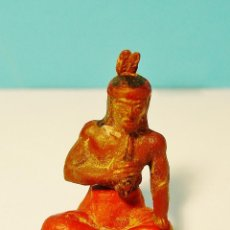 Figuras de Goma y PVC: INDIO SENTADO FUMANDO PIPA. GOMA. AÑOS 50. GAMA. Lote 61184799