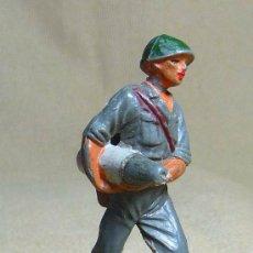 Figuras de Goma y PVC: FIGURA DE PLASTICO, SERVIDOR DEL CAÑON AMERICANO, SOLDADO MARINE, , 1960S. Lote 22970222
