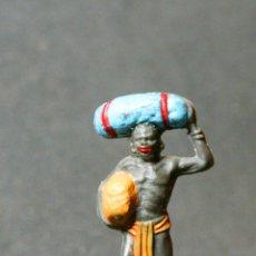 Figuras de Goma y PVC: NEGRO PORTEADOR DEL SAFARI CON BULTOS. Lote 73687335
